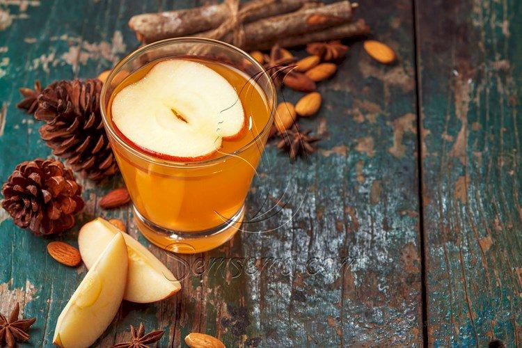 مشروب التفاح بالقرفة واللوز.. حضريه في الشتاء